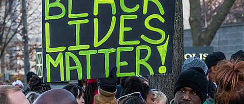 "Demonstrant hält Schild hoch mit Aufschrift ""Black Lives Matter"". Foto: Tony Webster, Black Lives Matter Minneapolis, Creative Commons CC BY 2.0"