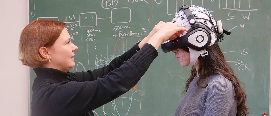 Mit dieser technischen Ausrüstung erforscht Dr. Barbara Händel (l.), wie sich Bewegung auf die Verarbeitung visueller Reize auswirkt.