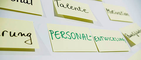 Post-it-Klebezettel an einer Tafel