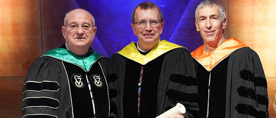 Alfred Forchel, the President of the University of Würzburg, (centre) at the awarding ceremony of the honorary doctorate in Haifa with Professor Peretz Lavie, the President of the Technion, (left) and Technion Vice President, Professor Adam Schwartz.