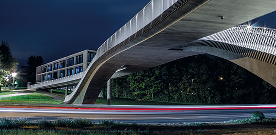 The bridge on Hubland Campus and the Z6 lecture building. (Photo: Jakob Dombrowski)